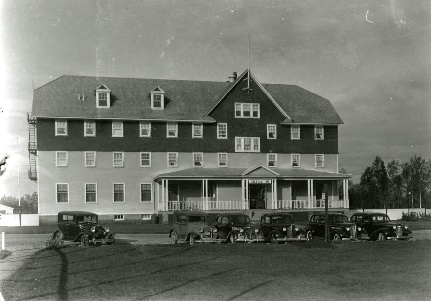 L'Hôtel Dolbeau a été démolie en 1970 en raison de son coût d'entretient trop élevé. Pendant ces mêmes années, la compagnie commençait à vendre ses terrains et maisons aux travailleurs. (Société d'histoire et de généalogie Maria-Chapdelaine)