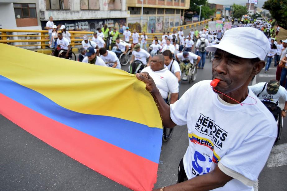 Des militants colombiens manifestent en appui au processus... (AFP)