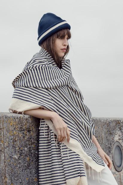 La tuque tricot nautique de Fileuse D'Arvor (99$) et la fouta rayures nautiques de Mat de Misaine (99$) (Fournie par Simons)