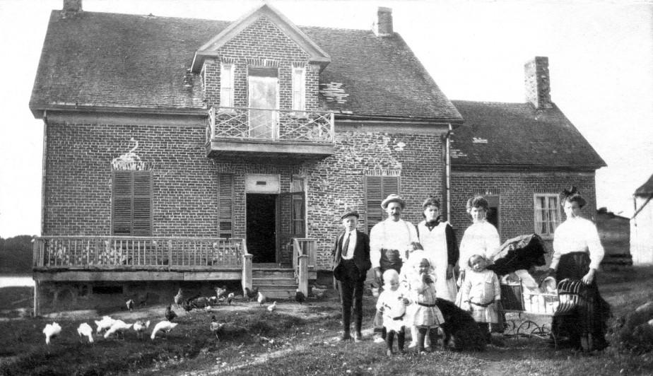 La maison de ferme Lévesque, construite vers 1911-1912. (Centre d'histoire Sir William Price)