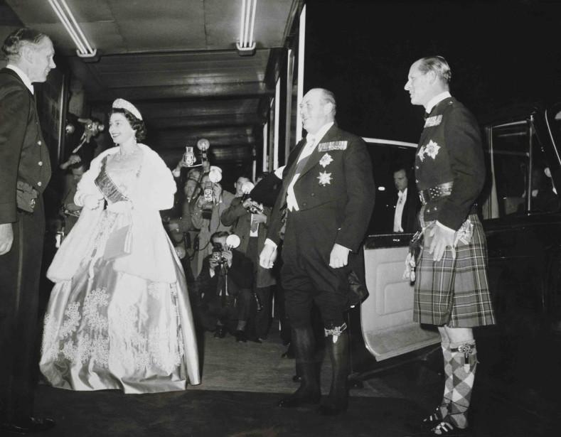 Cette robe confectionnée à l'occasion de la visite du roi Olav de Norvège en Écosse en 1962 est de l'exposition. (Fournie par le Royal Collection Trust.)