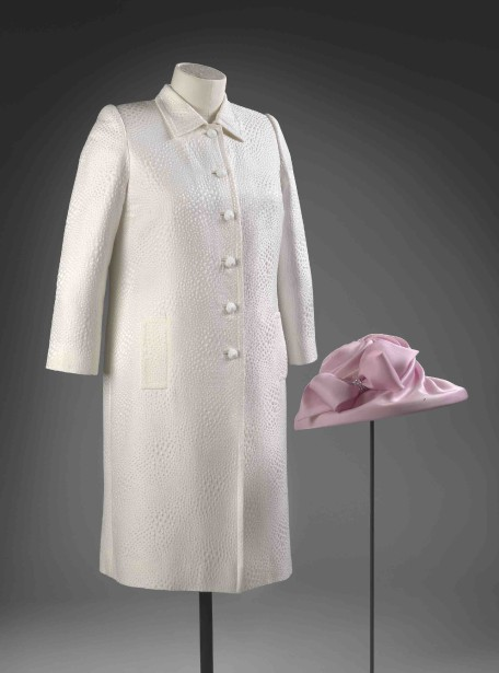 Un manteau et un chapeau portés lors d'un <i>garden party</i> en 2009 (Fournie par le Royal Collection Trust.)
