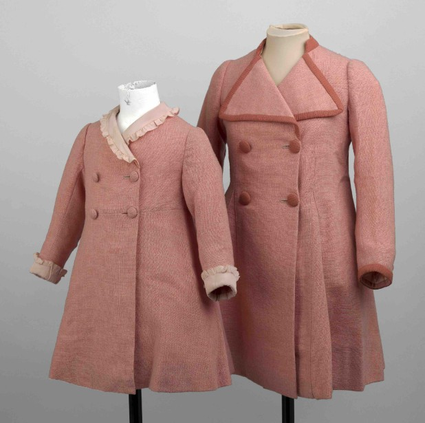 Vêtements roses portés par les princesses Élisabeth and Margaret en 1937 (Fournie par le Royal Collection Trust.)