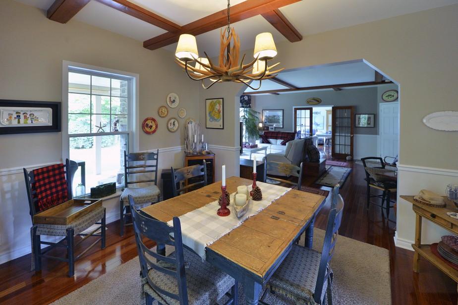 La table antique de la salle à manger peut s'agrandir pour recevoir jusqu'à 20 convives. (Le Soleil, Patrice Laroche)