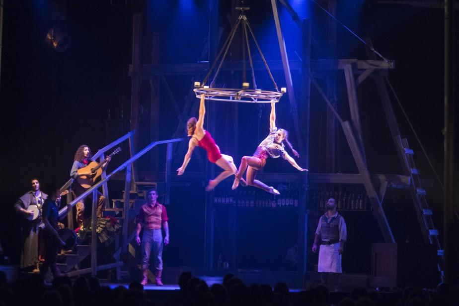 Le Cirque Éloize ne s'est pas dénaturé, jeudi à Saint-Tite, et a présenté un spectacle à sa façon unique. (Stéphane Lessard, Le Nouvelliste)