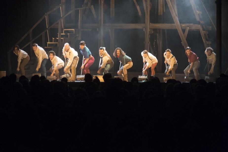 Le Cirque Éloize crée des atmosphères inédites et toujours envoûtantes. (Stéphane Lessard, Le Nouvelliste)