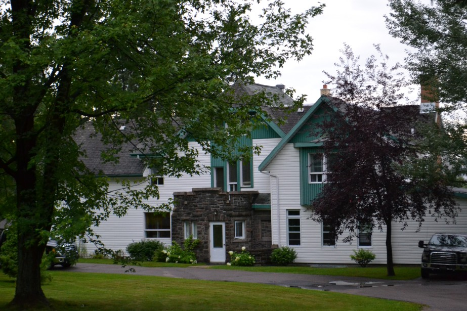 Aujourd'hui, la maison du gérant a été rénovée, mais on peut bien la reconnaître avec sa façade de brique. (Claudie Laroche)