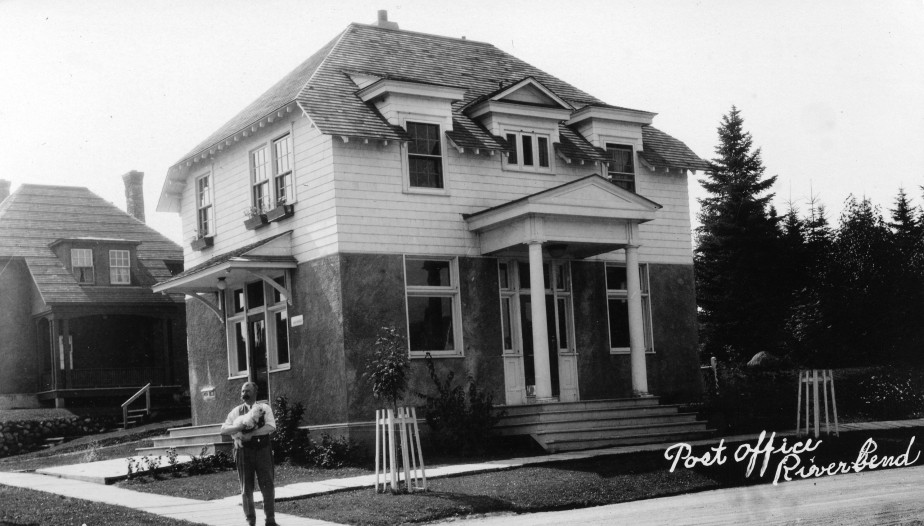 Le bureau de poste fait partie d'un bon exemple d'infrastructure établi par la compagnie pour fournir tous les services dont les résidents avaient besoin. (Société d'histoire Lac-Saint-Jean)