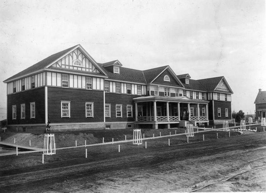 Autrefois, Le King Edouard avait la même vocation que le Staff House, disponible pour les visiteurs de marque et les employés célibataires. <br /><br /> (Société d'histoire Lac-Saint-Jean)