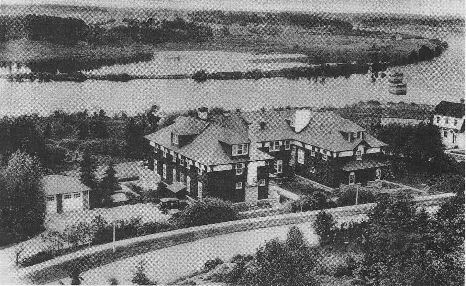 Le Staff House accueillait les dignitaires et visiteurs prestigieux en plus des cadres célibataires. <br /><br /> (Société d'histoire Lac-Saint-Jean)