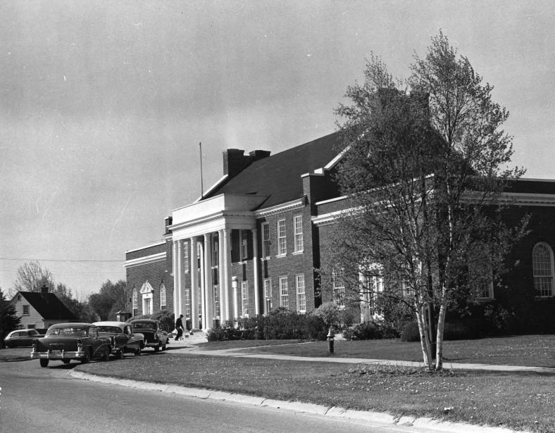 Érigée en 1936, elle regroupe plusieurs services: bureau de poste, cour municipale, épicerie, boucherie et un salon de barbier. Ce bâtiment sert donc de lieu commun où la population peut se rendre pour une foule d'occasions. Aujourd'hui, le bâtiment accueille la Maison des Bâtisseurs. (Société d'histoire Lac-Saint-Jean)