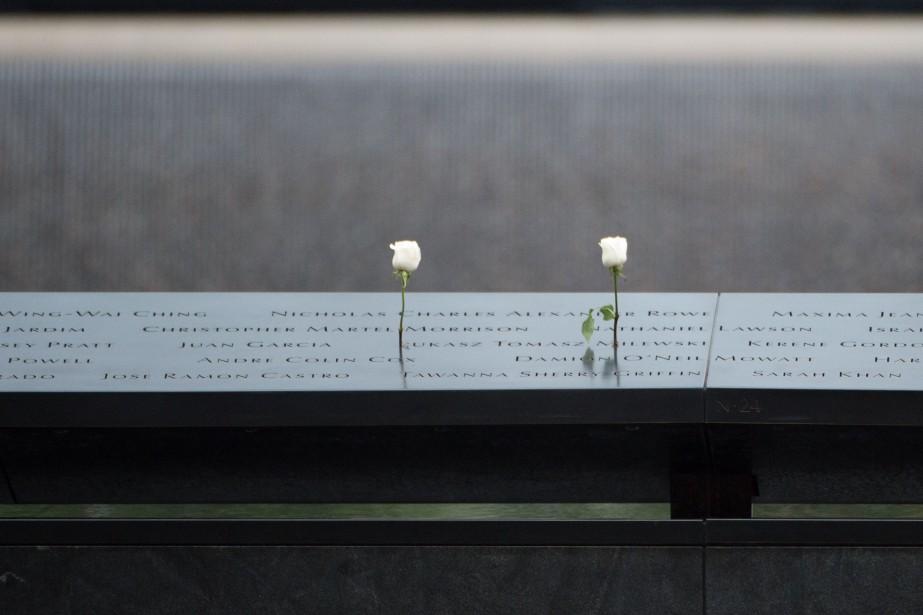 Des roses déposées au mémorial du 11-Septembre.... (PHOTO AFP)