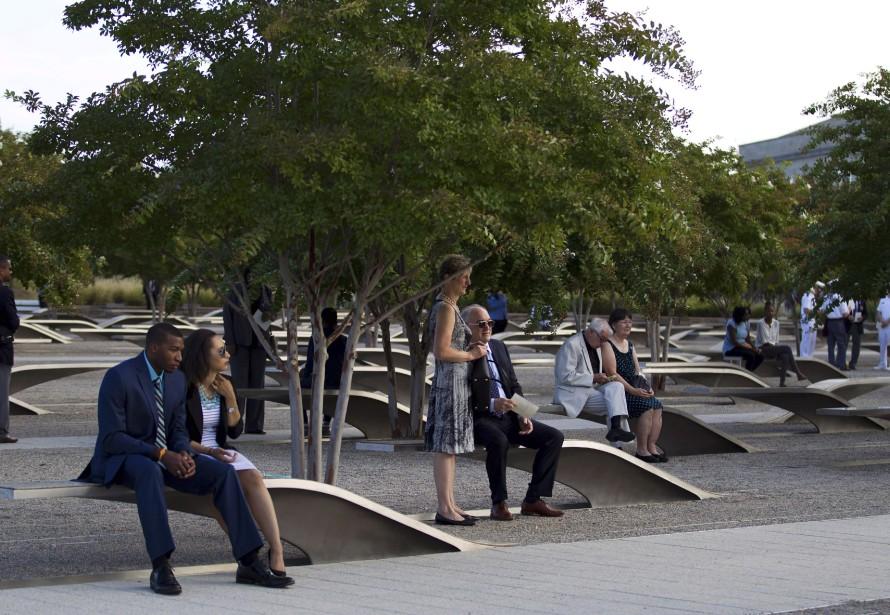 Des membres des familles des victimes attendent avant la cérémonie au Pentagone. (AFP)