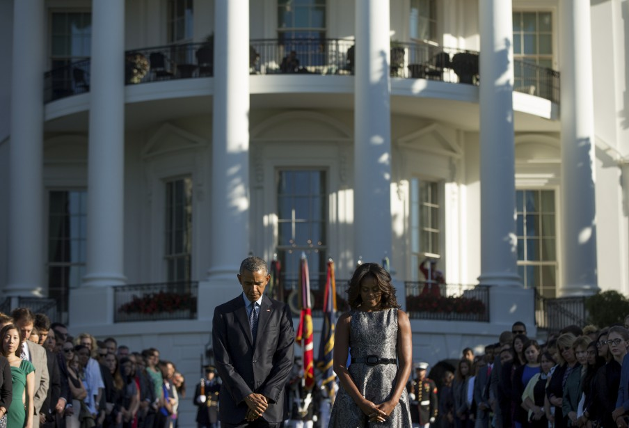 Barack et Michelle Obama observent une minute de silence à Washington. (AP)