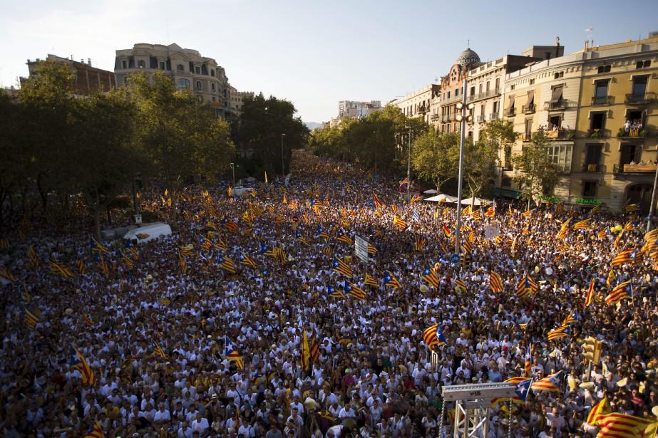 Des manifestants brandissent le drapeau symbolisant l'indépendance de... (Photo Emilio Morenatti, archives Associated Press)