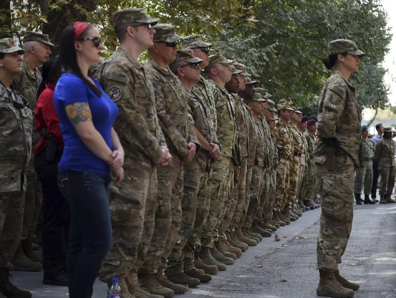 Des militaires américains prennent part à une cérémonie au quartier général de la Force internationale d'assistance à la sécurité (OTAN) à Kaboul, en Afghanistan. (AFP, WAKIL KOHSAR)