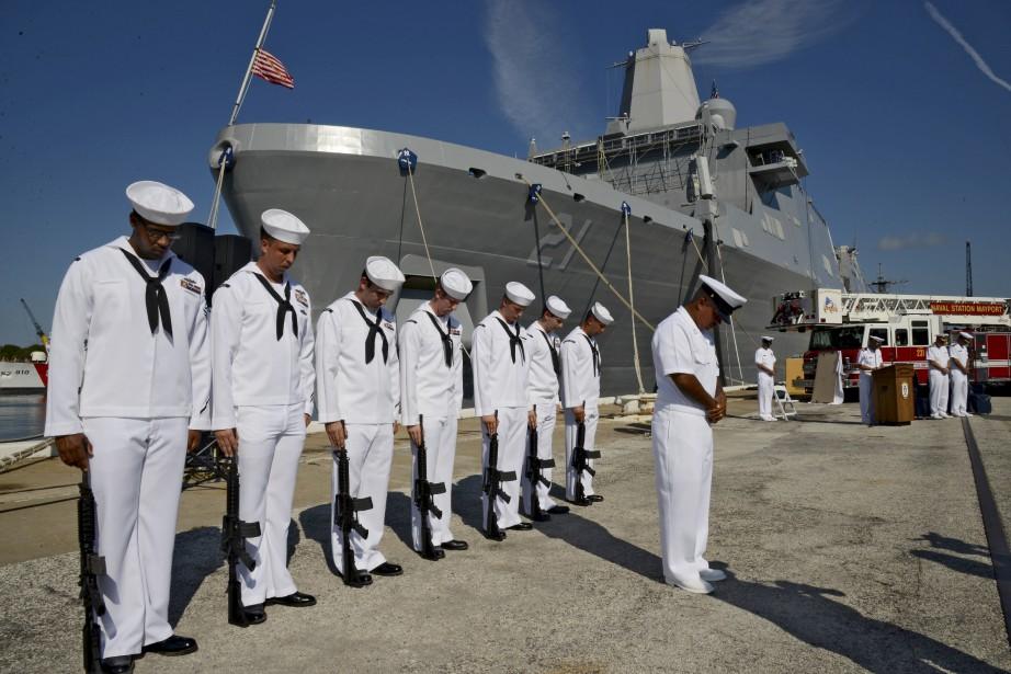 Une garde d'honneur lors d'une cérémonie commémorative à la station navale de Mayport, à Jacksonville (Floride). (AP, Bob Mack)