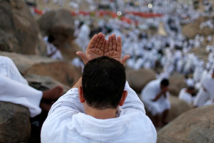 Dans la journée, les fidèles, tout de blanc... (PHOTO REUTERS)
