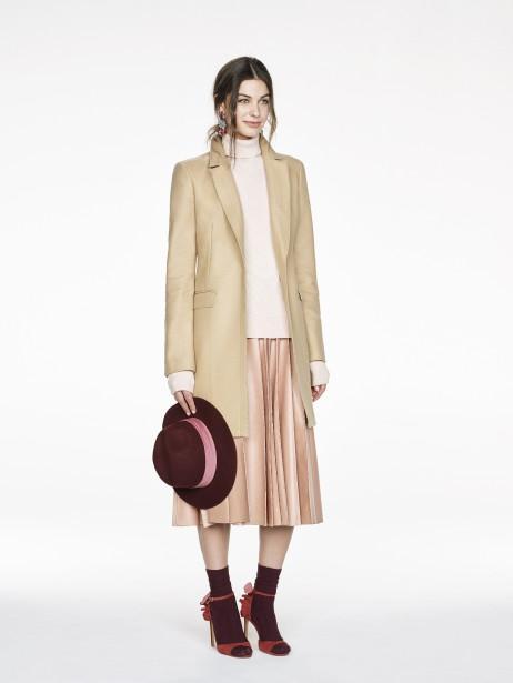Manteau à haut boutonné Melton (370$), col roulé côtelé (95$), jupe midi en cuir (145$, disponible en novembre), fedora en laine (95$), chez Banana Republic (Fournie par Banana Republic)