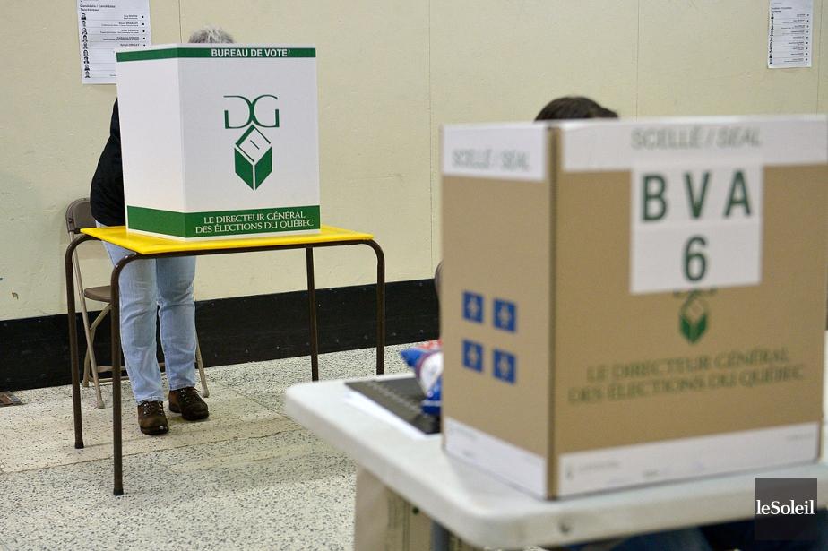 Sur la photo, une personne vote par anticipation... (Photo Yan Doublet, archives Le Soleil)