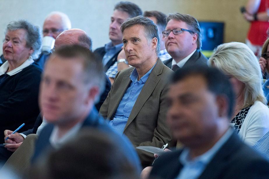 Maxime Bernier (au centre) écoute Rona Ambrose lors... (Photo Andrew Vaughan, PC)