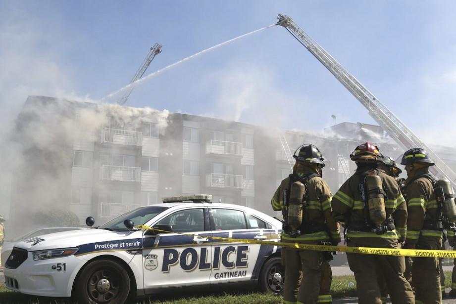 Le combat des 46 pompiers a été rendu difficile par l'épaisse fumée s'échappant du 420, boulevard Cité-des-Jeunes. La colonne grise et noire était visible depuis Ottawa à l'heure du diner. (Patrick Woodbury, LeDroit)