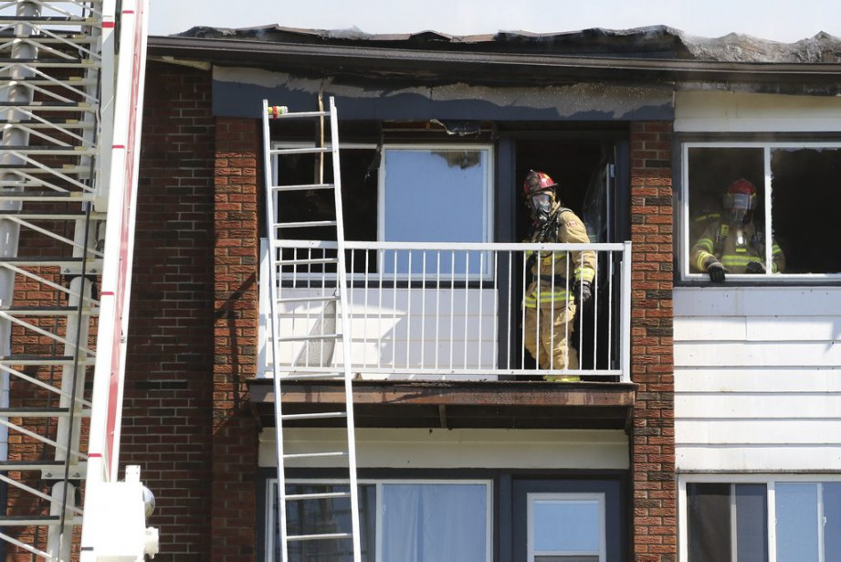 Le toit s'est effondré sous les échelles de trois camions de pompiers utilisés tout au long du combat. (Patrick Woodbury, LeDroit)