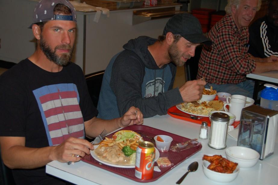 Les reboiseurs pourraient systématiquement dévorer un boeuf quand ils reviennent au camp pour le souper. Comme les soldats de Napoléon, ils peuvent avaler un peu plus que les calories qu'un individu normal doit manger pour vivre... (Photo Le Quotidien, Louis Tremblay)