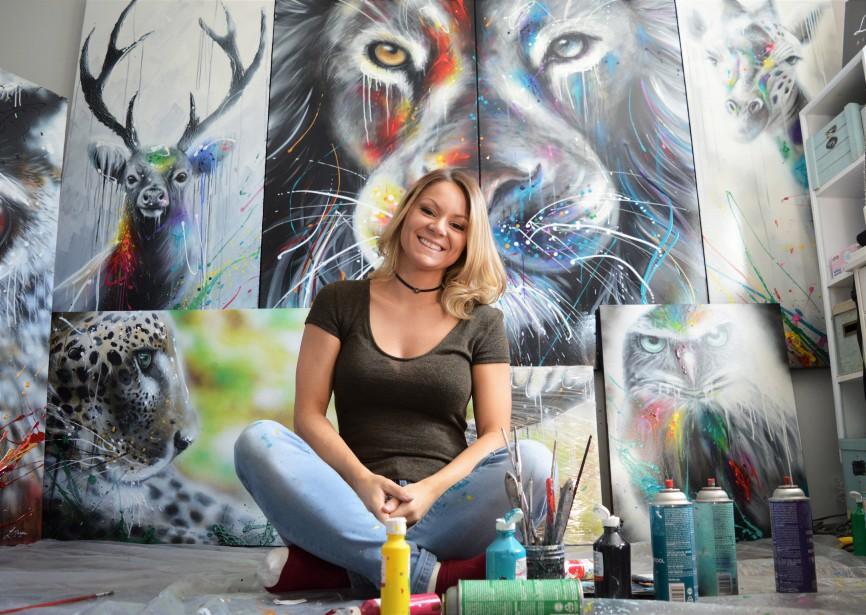 Laurie Marois a le bonheur facile, ces temps-ci, eu égard au succès que remportent ses tableaux. Laurie Marois, peintre originaire de Normandin est si appréciée qu'elle a pu abandonner l'enseignement pour vivre uniquement de son art. (Photo courtoisie)