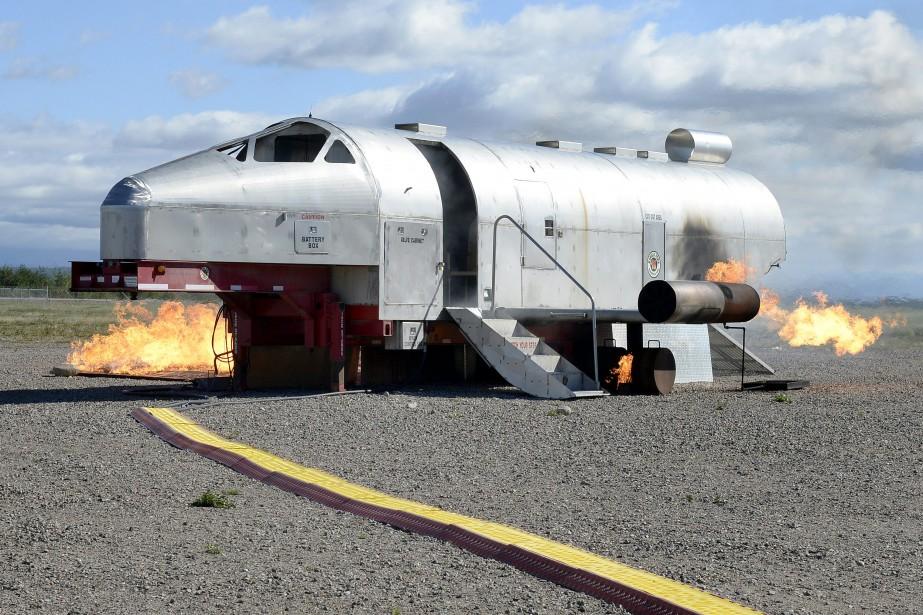 La carlingue, reçue il y a quelques semaines à la base de Bagotville, est utilisée annuellement dans les bases militaires aériennes des Forces armées canadiennes pour la certification des pompiers de l'Air. (Photo Le Progrès-Dimanche, Jeannot Lévesque)