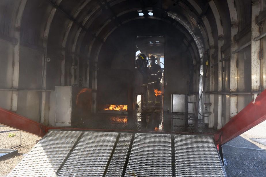 La carlingue, vue de l'intérieur. Les sapeurs devaient éteindre un incendie dans le couloir de l'appareil une fois l'incendie extérieur maîtrisé. (Photo Le Progrès-Dimanche, Jeannot Lévesque)