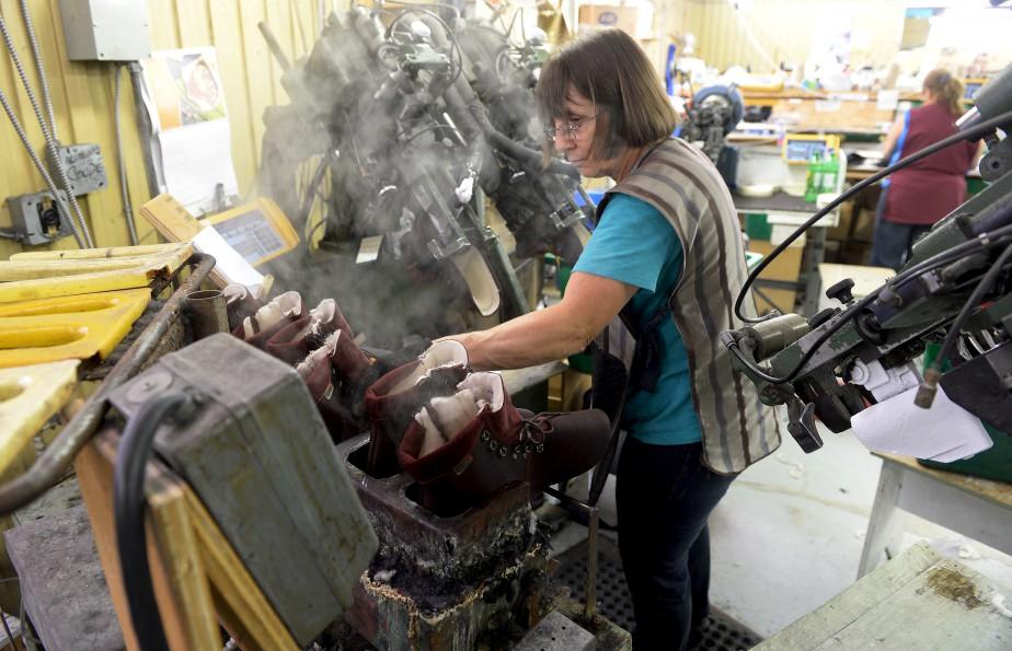 Diane Cloutier travaille à l'assemblage de bottes. (Le Soleil, Erick Labbé)
