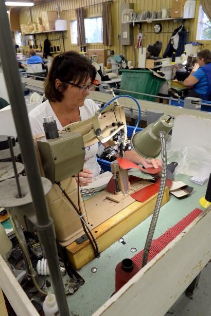 La couturière Suzanne Therrien, chez Auclair & Martineau depuis 43 ans, a un travail délicat puisque qu'elle doit coudre des éléments ensemble en tenant compte des trois dimensions. (Le Soleil, Erick Labbé)
