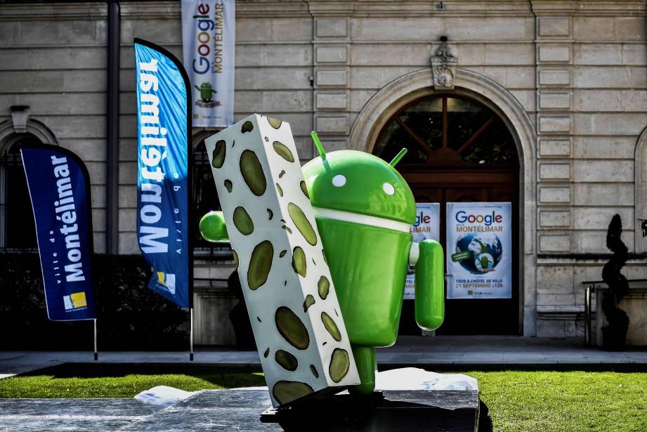 Le robot de plastique vert, de 1,98 mètre... (AFP)