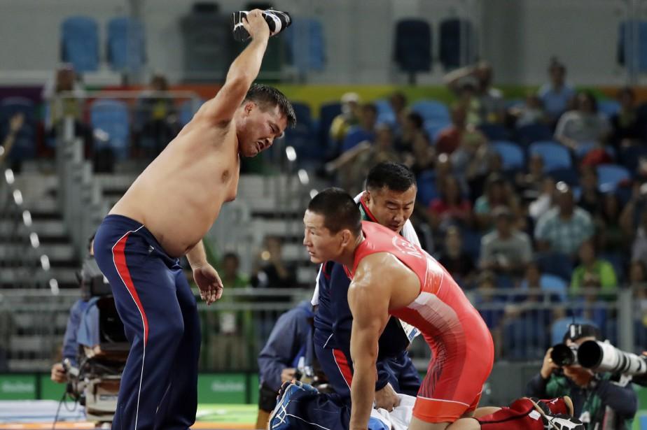 Deux entraîneurs de lutte de la Mongolie avaient... (Photo Marcio Jose Sanchez, AP)