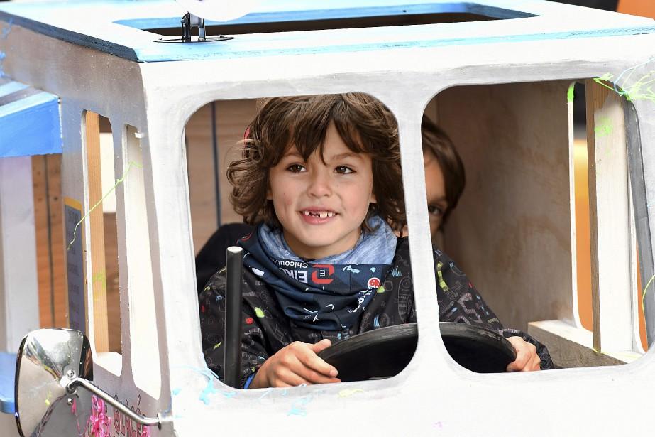Noah Desbiens, sept ans, et son petit frère Kael, six ans, ont pris un malin plaisir à dévaler la rue Sainte-Jeanne-d'Arc à bord d'une boîte à savon. (Photo Le Progrès-Dimanche, Rocket Lavoie)