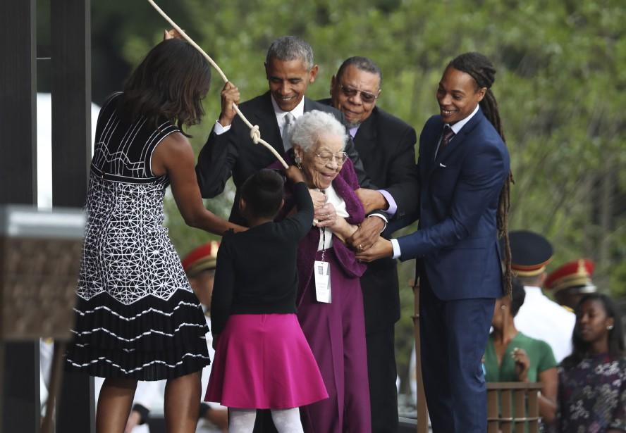 Fille d'un Noir né esclave dans le Mississippi avant d'obtenir la liberté et de vivre sous la ségrégation, Ruth Odom Bonner, 99 ans,a tiré sur le cordon pour faire sonner la cloche de l'ouverture du musée, avec l'aide de son fils, son petit-fils, son arrière petite-fille ainsi que Barack et Michelle Obama. (AP, Manuel Balce Ceneta)