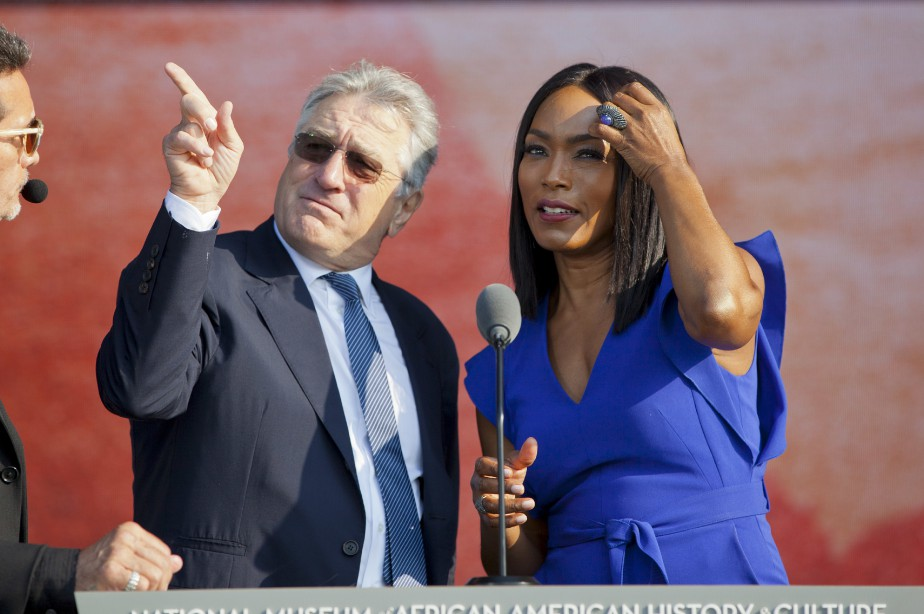 Les acteurs Robert De Niro et Angela Bassett participaient à la cérémonie. (AP, Pablo Martinez Monsivais)