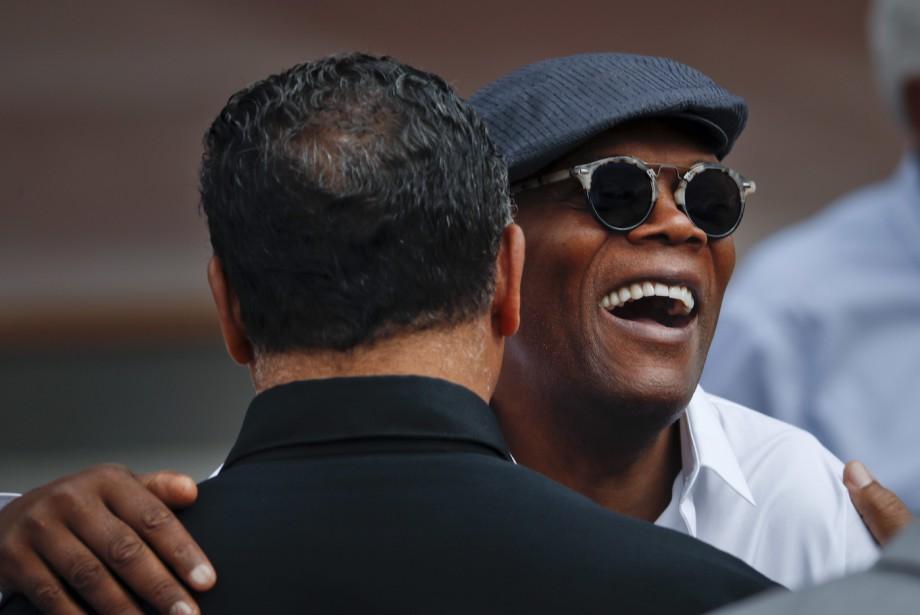 L'acteur Samuel L. Jackson fait une accolade au révérend Jesse Jackson à leur arrivée à la cérémonie. (AP, Pablo Martinez Monsivais)