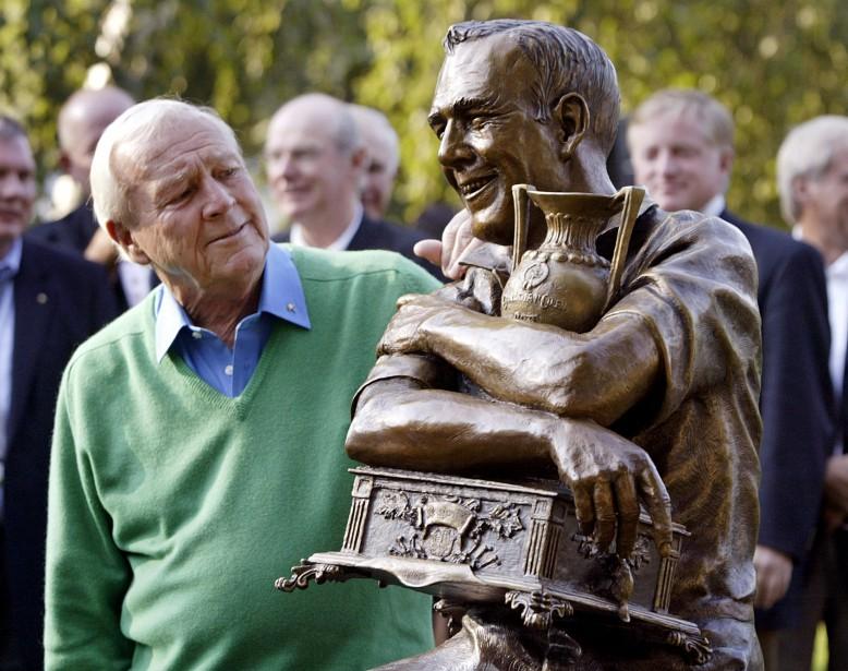 Arnold Palmer est photographié en 2005 à Toronto avec une statue commémorant le 50e anniversaire de sa première victoire sur le circuit de la PGA. (PHOTO ARCHIVES REUTERS)