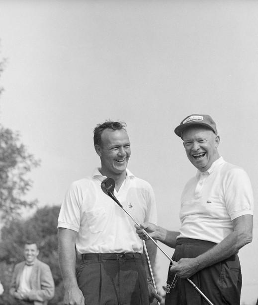 Arnold Palmer jouant une ronde de golf en compagnie du président des États-Unis Dwight Eisenhower en 1960. (Photo archives AP)