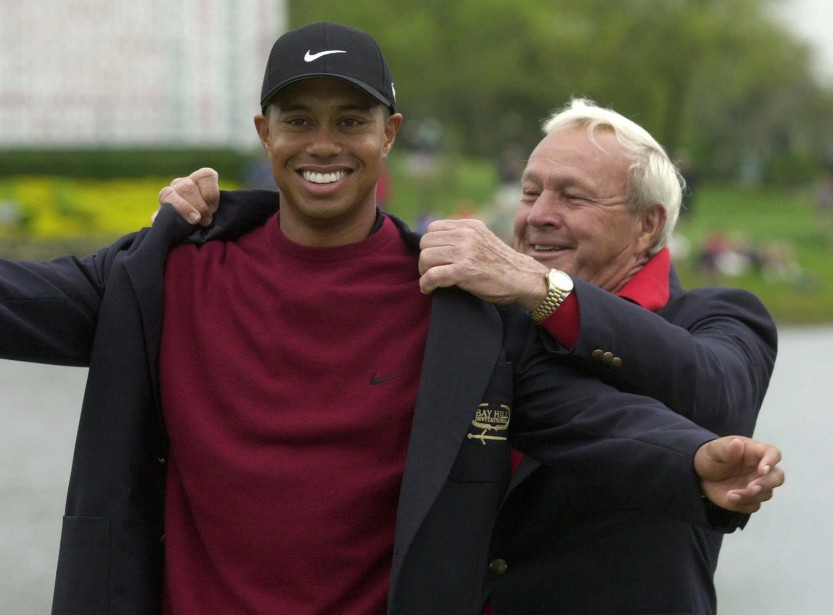 Arnold Palmer avec Tiger Woods en 2001. (Photo archives AP)