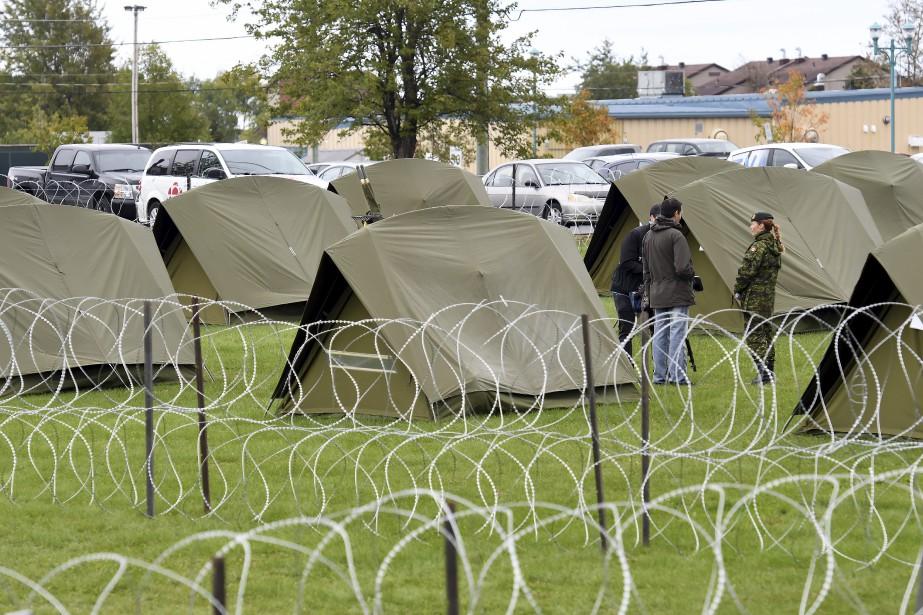 Le camp installé à Bagotville entre les bâtiments et la piste 18-36 montre que les militaires ne prennent rien à la légère. (Photo Le Quotidien, Rocket Lavoie)