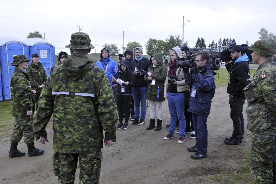 Fils barbelés et gardes armés ont accueilli les journalistes venus se familiariser avec l'exercice annuel. (Photo Le Quotidien, Rocket Lavoie)