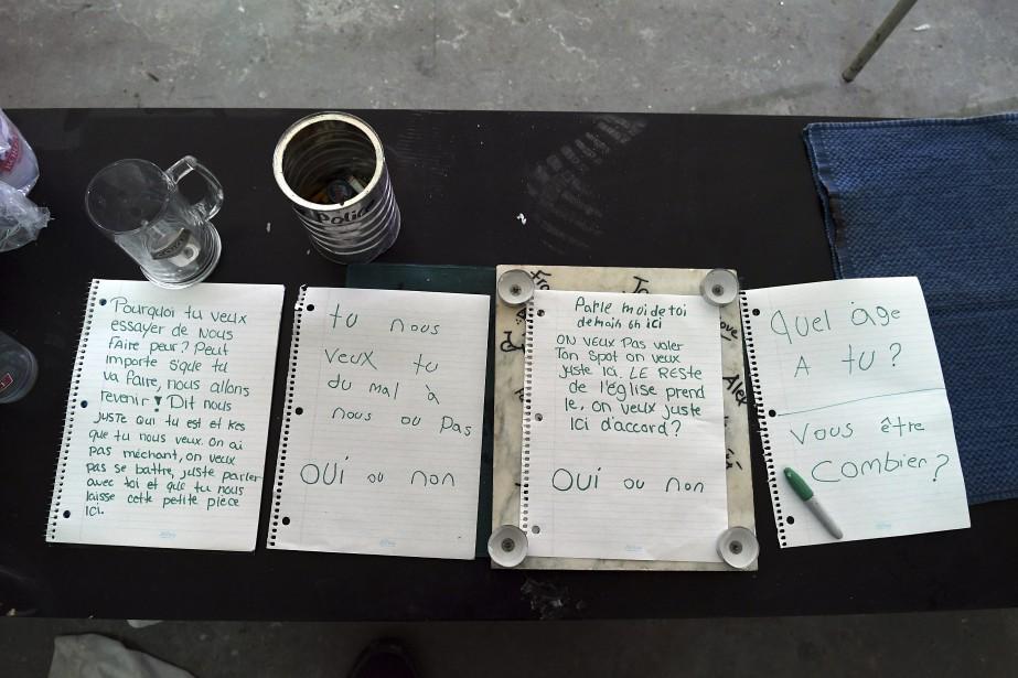 Ces messages entre squatteurs se trouvaient sur une table dans le jubé, seul endroit balayé et gardé propre. (Photo Le Quotidien, Rocket Lavoie)