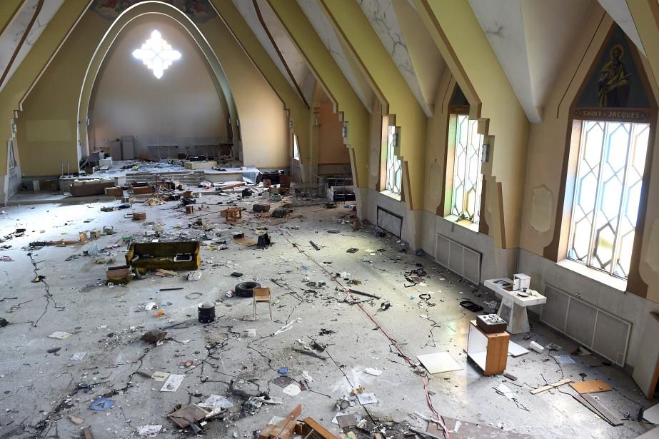 La scène est désolante. Le sol est jonché de détritus, les murs ont des graffittis, les portes sont défoncées. (Photo Le Quotidien, Rocket Lavoie)