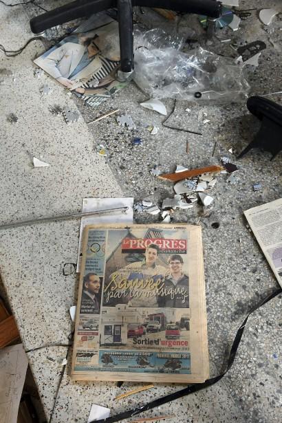 Malheureusement, le titre en une du<i> Progrès-Dimanche</i> du 21 février 2010 ne s'est pas concrétisé. Le journal était très bien conservé et se trouvait au milieu des déchets. (Photo Le Quotidien, Rocket Lavoie)