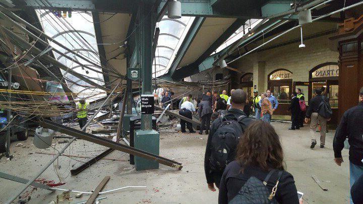 Selon les premières informations, le train ne s'est pas arrêtéen pénétrant dans la gare de Hoboken. (photo Ian Samuel, AP)