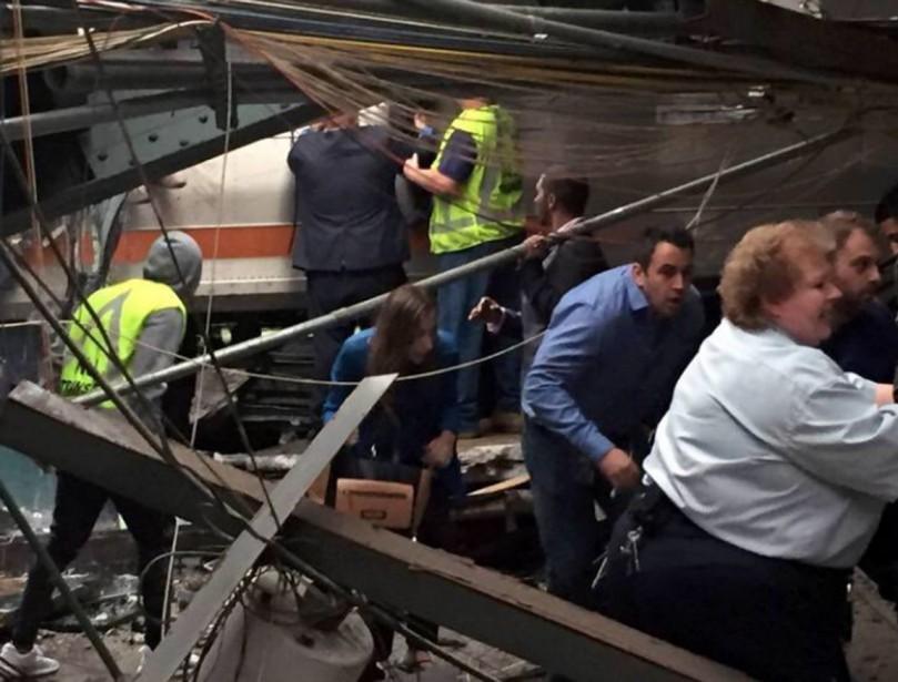 Des passagers sont évacués par les secouristes. (photo @DRSUEDVM, TWITTER)