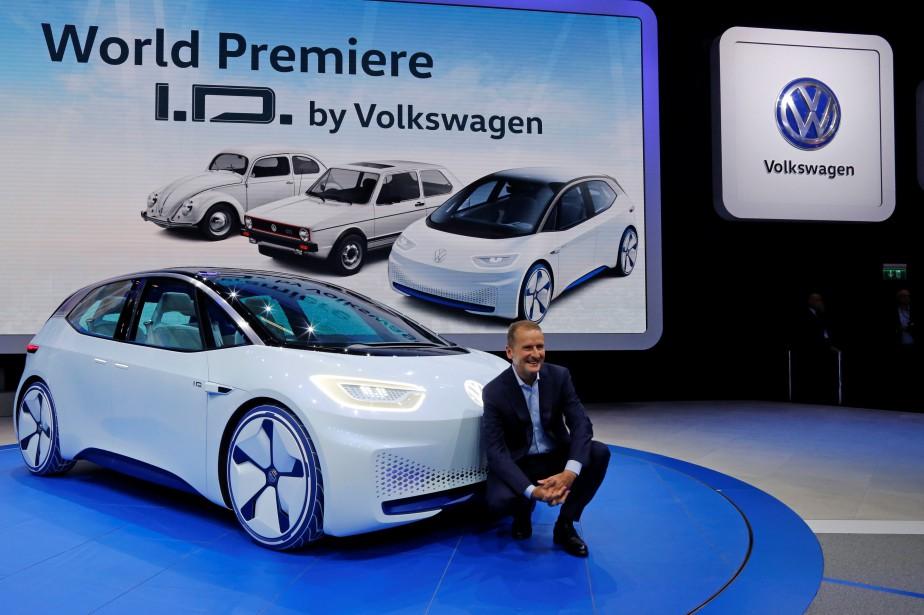 Herbert Diess, patron de la marque Volkswagen, pose devant le prototype électrique I.D.. (REUTERS)